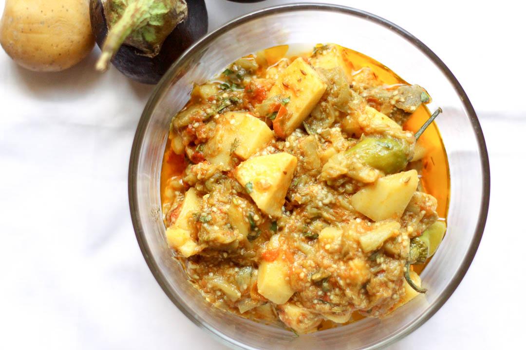 This simple aloo baingan ki sabzi or potato eggplant vegetable is a mildly spiced Pakistani vegetarian / vegan dish made with eggplant and chopped potatoes. Eat with roti or rice.