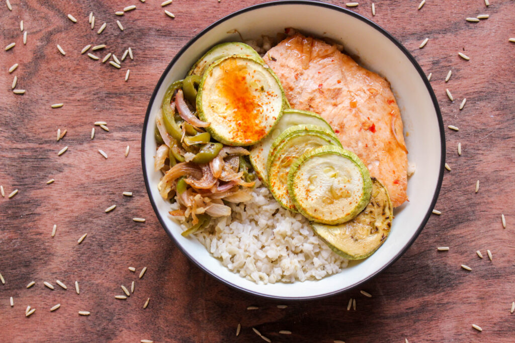 An Asian style rice bowl made with brown rice, grilled chicken and stir-fried seasonal vegetables. A complete that is simple, delicious and healthy.