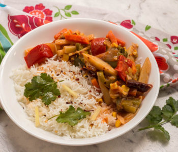 Onions, carrots, potatoes, capsicum, corn and more come together to make this super vibrant restaurant style vegetable jalfrezi. Serve this vegetarian / vegan dish with rice on the side.