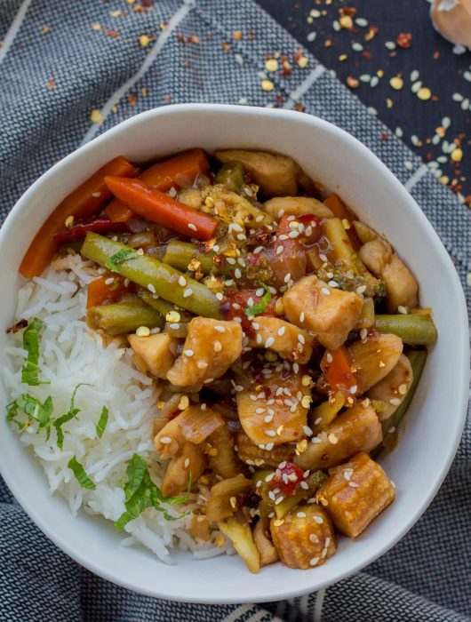 This sesame chilli chicken is full of flavour and an excellent weekday dinner option. It's also great for meal prepping and can be prepared in advance to enjoy a fuss-free office lunch during the week.